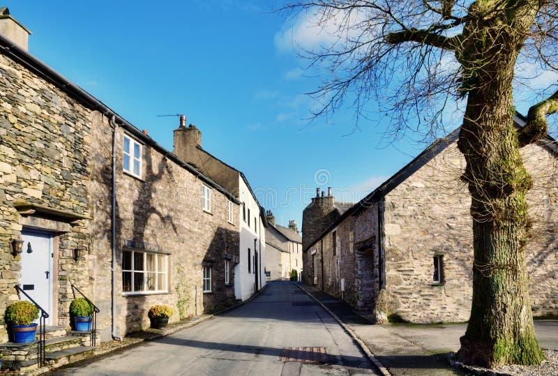Vue d'une rue dans Cartmel, Cumbria avec l'arbre photo libre de droits