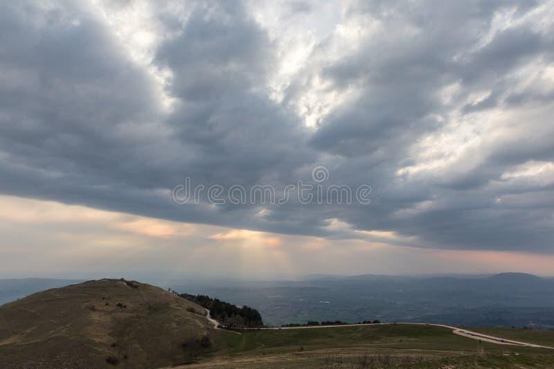 La vue d'une vallée d'une montagne, avec le soleil rayonne venir throu photographie stock libre de droits