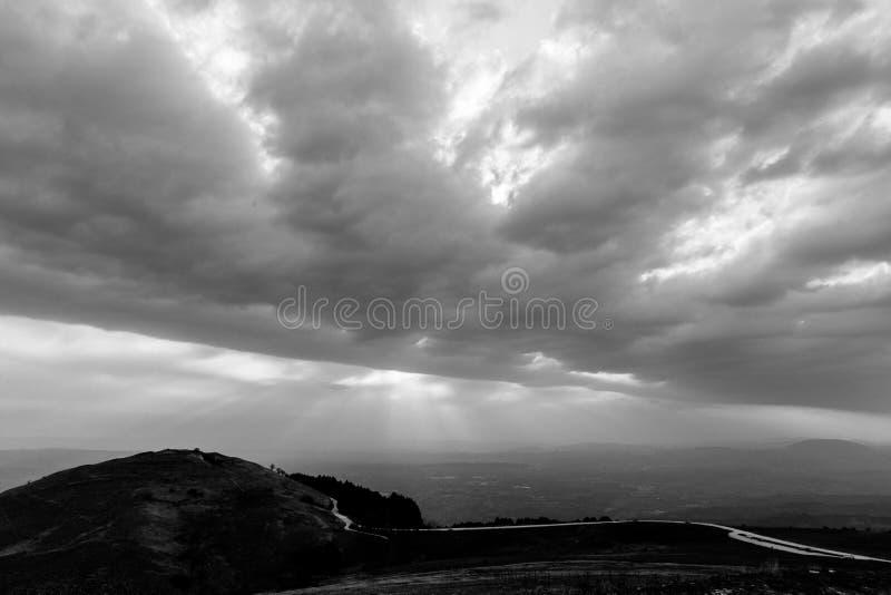 La vue d'une vallée d'une montagne, avec le soleil rayonne venir throu images stock