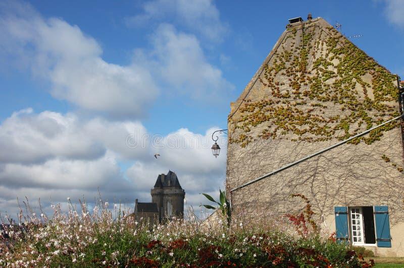 La vue de la belle maison et le vieux Solidor dominent dans Saint Malo photographie stock