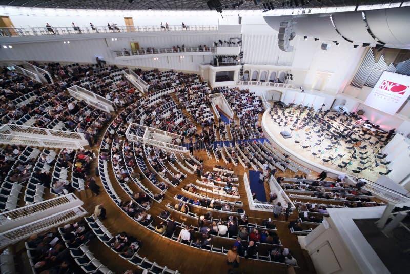 La vue de côté des personnes s'asseyent sur des sièges image libre de droits