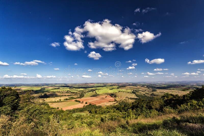 La vue de la colline d'Itatiaia en Santa Rita font Passa Quatro, Sao Paulo, Brésil image libre de droits