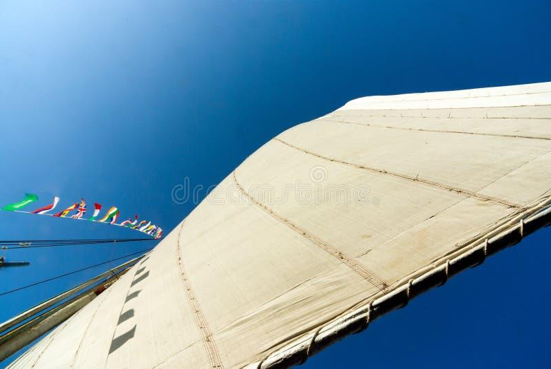 La vue de dessous de la voile déferlée d'un bateau a appelé le felucca, typique de Nile River image libre de droits