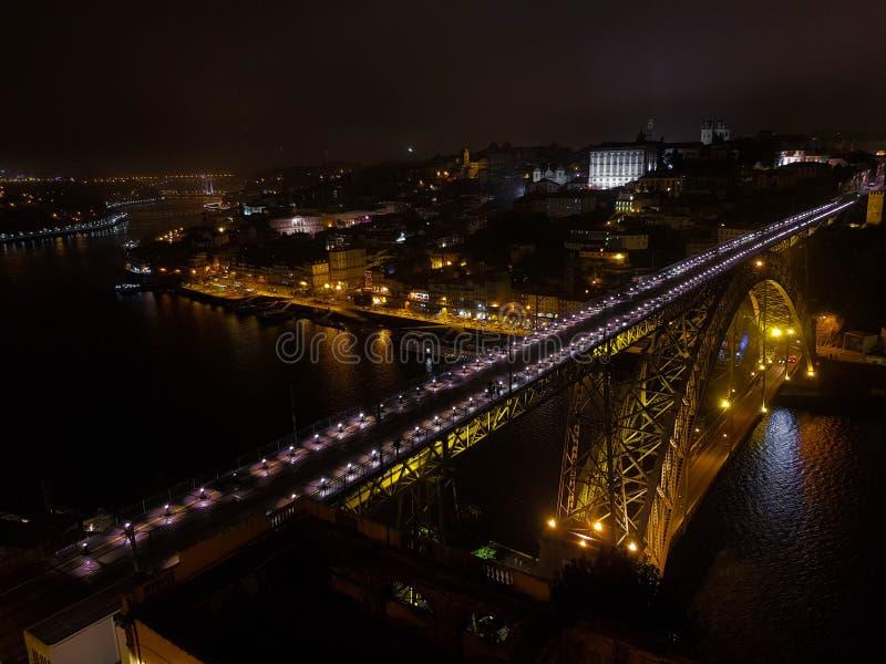 La vue de Dom Luis Bridge dans une nuit nuageuse, Porto, Portugal photos libres de droits