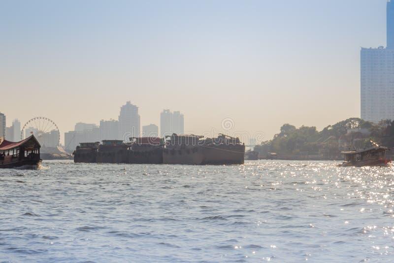 La vue de façade d'une rivière du bateau de traction subite traîne la péniche de cargaison sur le fleuve Chao Phraya à Bangkok, T photo stock