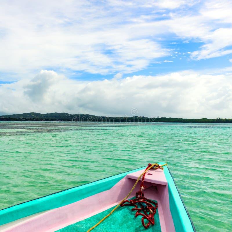 La vue de face de bateau sans homme la piscine de terre et de nylon en mer des Caraïbes du Tobago images stock