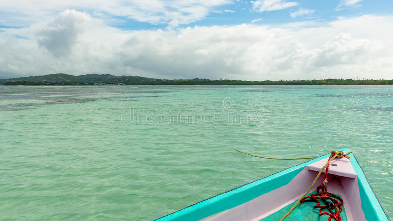 La vue de face de bateau sans homme la piscine de terre et de nylon en mer des Caraïbes du Tobago photo stock