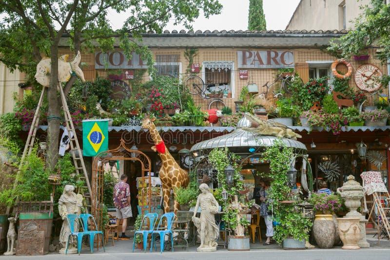 La vue de face du magasin d'antiquités en Provence images libres de droits