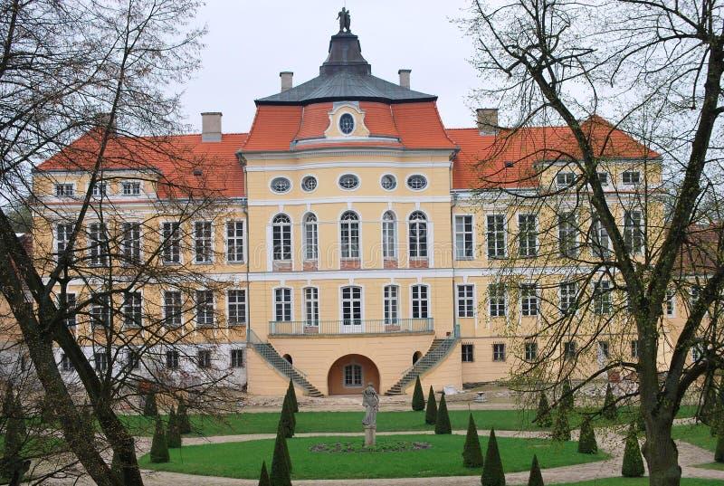 La vue de face du palais baroque dans Rogalin, Pologne photos stock