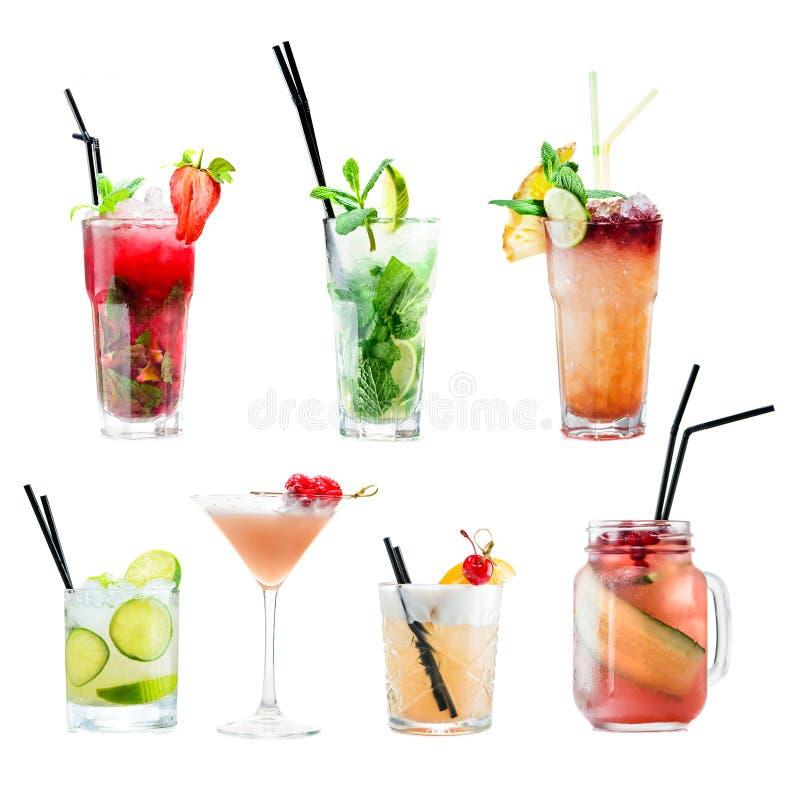 La vue de face de l'ensemble de différents cocktails frais tropicaux diffèrent I image libre de droits