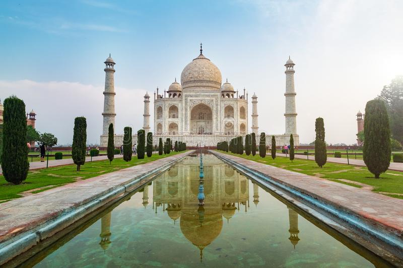 La vue de face de Taj Mahal a réfléchi sur la piscine de réflexion, un mausolée de marbre blanc ivoire sur la rive sud de la rivi image libre de droits