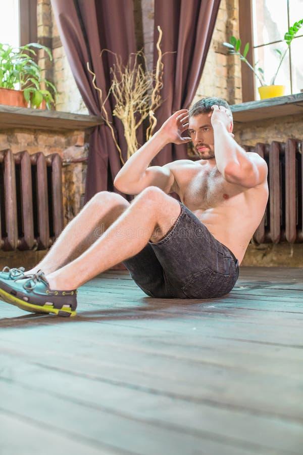 La vue de faire masculin se reposent lève et craque les muscles abdominaux exerxising photos stock