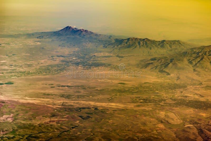 La vue de la fenêtre d'avion à la chaîne de montagne de la Turquie images stock