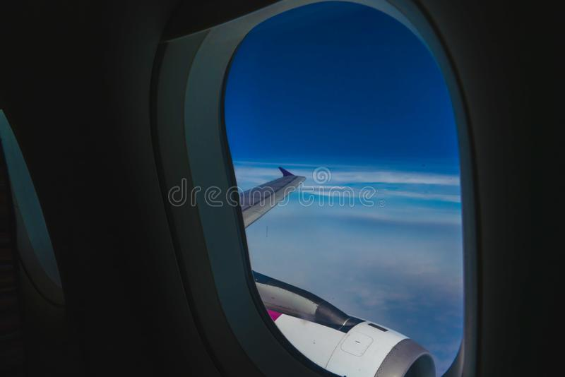 La vue de la fen?tre plate regarde pour voir le beau ciel bleu photographie stock