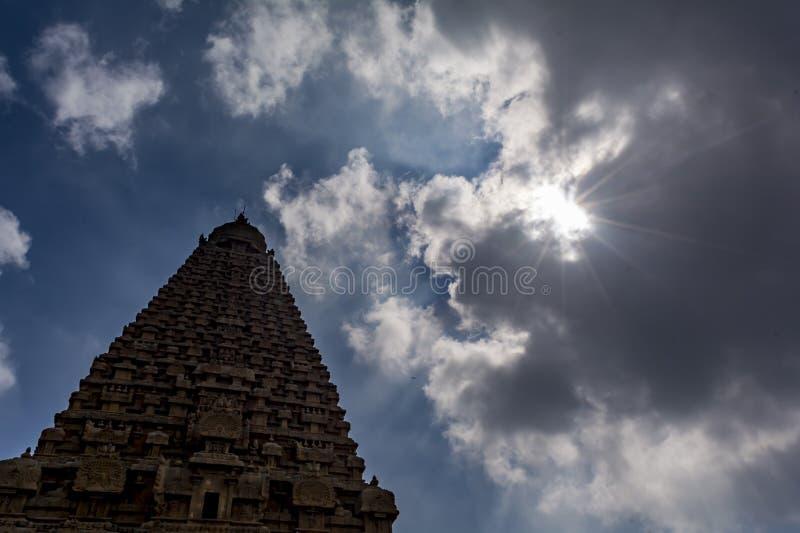 La vue de la fourmi du grand temple de Thanjavur avec le soleil et des nuages photos stock