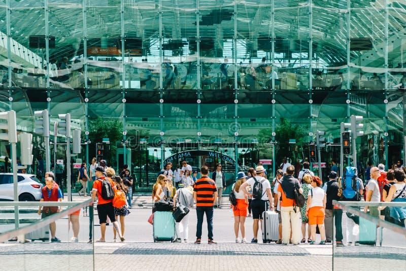 La vue de Gare font la station d'Oriente Lisbonne Oriente vers Vasco da Gama Shopping Center Mall image stock