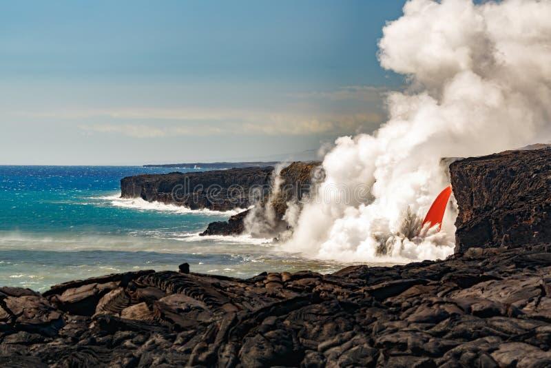 La vue de jour aérienne de la cascade de tuyau d'incendie a formé l'écoulement de la lave rouge du volcan en Hawaï éclatant dans  photographie stock