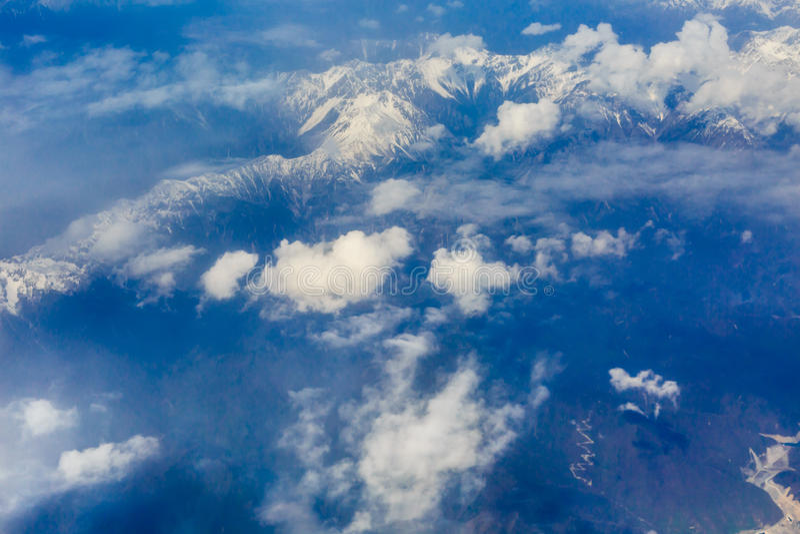 La vue de l'avion au-dessus du nuage et du ciel images stock