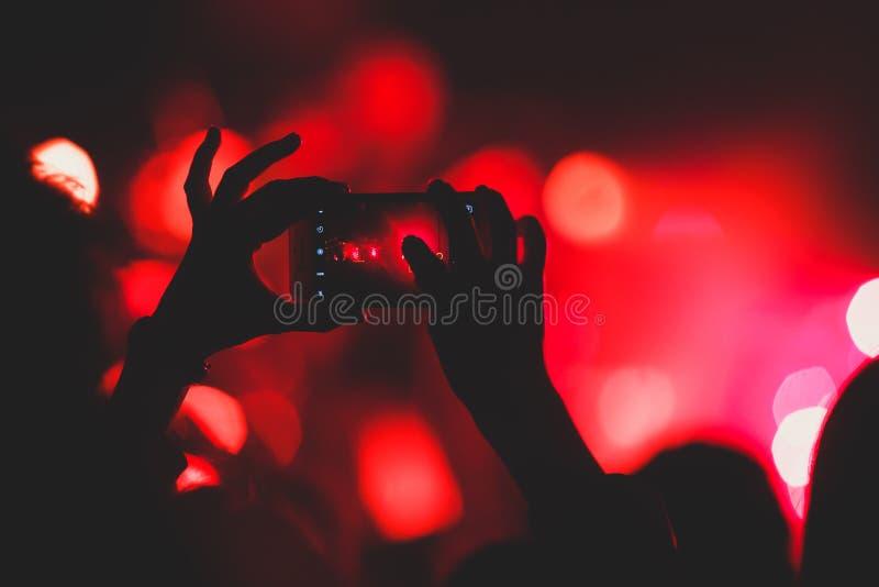 La vue de l'exposition de concert de rock dans la grande salle de concert, avec la foule et les lumières d'étape, une salle de co photo libre de droits