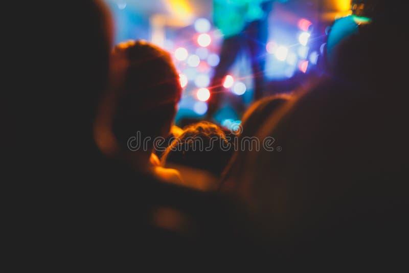 La vue de l'exposition de concert de rock dans la grande salle de concert, avec la foule et les lumières d'étape, une salle de co images stock