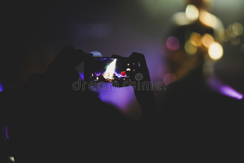 La vue de l'exposition de concert de rock dans la grande salle de concert, avec la foule et les lumières d'étape, une salle de co photographie stock