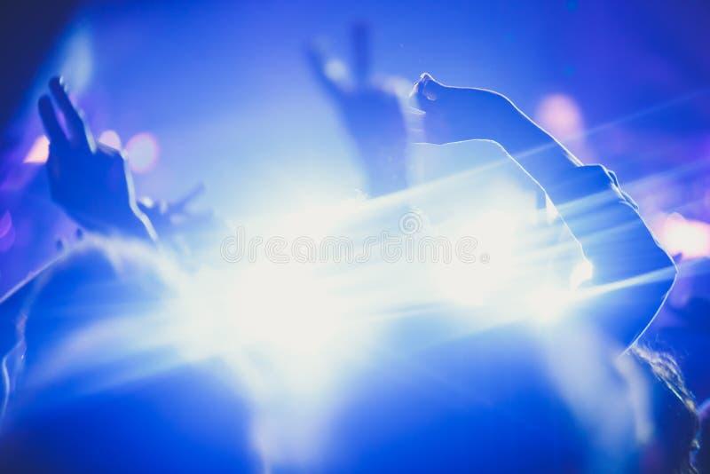La vue de l'exposition de concert de rock dans la grande salle de concert, avec la foule et les lumières d'étape, une salle de co photos libres de droits