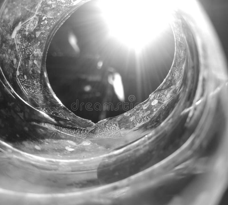 La vue de l'intérieur d'une bouteille en plastique forme un couloir menant à la lumière photos stock