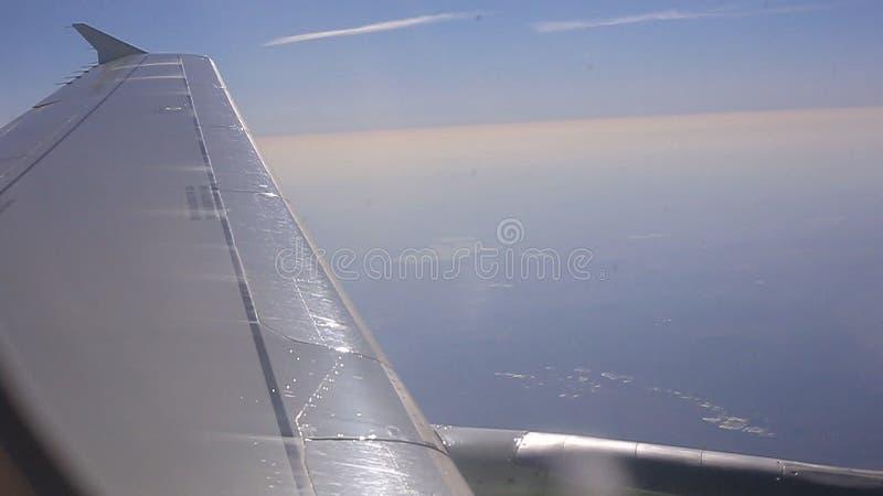 La vue de l'intérieur de l'avion vole au-dessus des nuages banque de vidéos