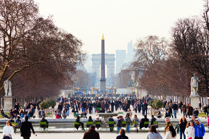 La vue de l'obélisque et la voûte triomphale de Tuileries font du jardinage, Paris photographie stock libre de droits