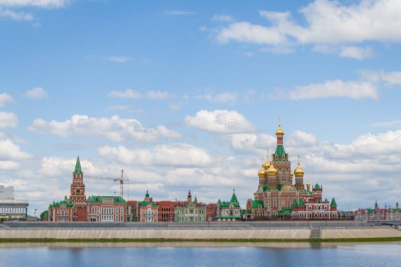 La vue de la cathédrale de l'annonce et l'annonce dominent La République de Mari El, Iochkar-Ola, Russie 05/21/2016 image stock