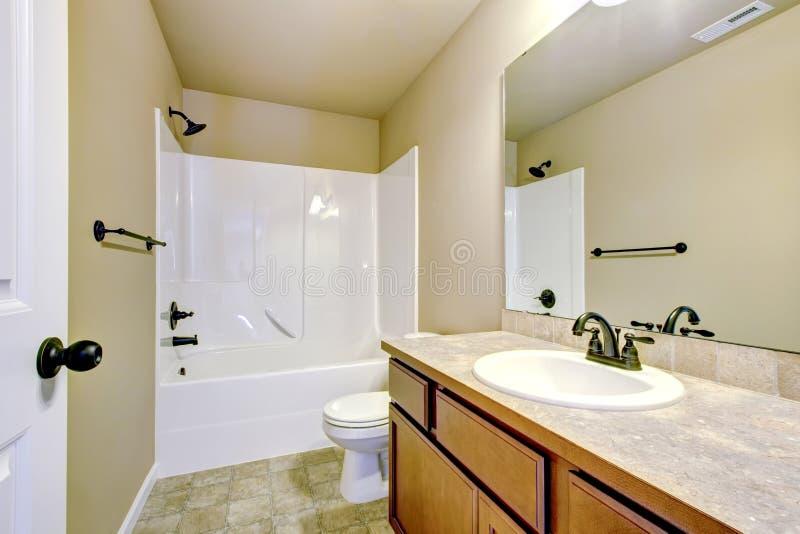 La vue de la lumière modifie la tonalité la salle de bains avec le coffret moderne de vanité images libres de droits