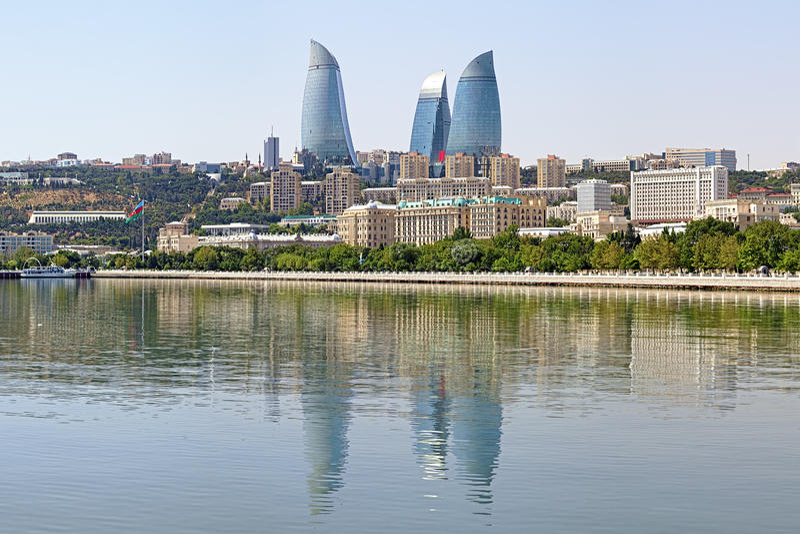 La vue de la Mer Caspienne sur la flamme domine des gratte-ciel à Bakou photo stock
