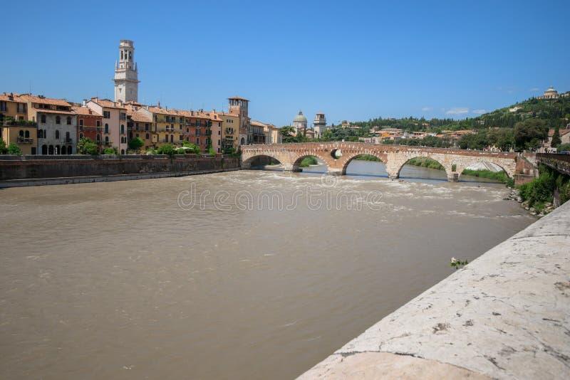 La vue de la rivière de l'Adige et le pont de St Peter arquent, Vérone, photos stock