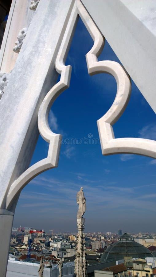 La vue de la statue de la cathédrale de Milan photos stock