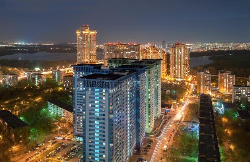 La vue de la taille sur le gratte-ciel sur les périphéries de Moscou, pendant la nuit sur le fond de la rivière photographie stock libre de droits