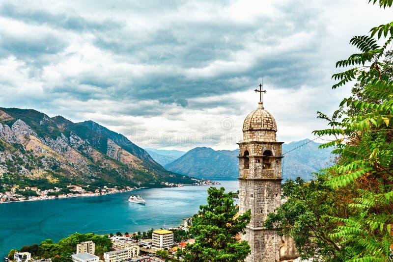 La vue de la ville de Kotor, l'église de notre Madame de remède, la mer, la ville côtière et la montagne aménagent en parc dans l image stock