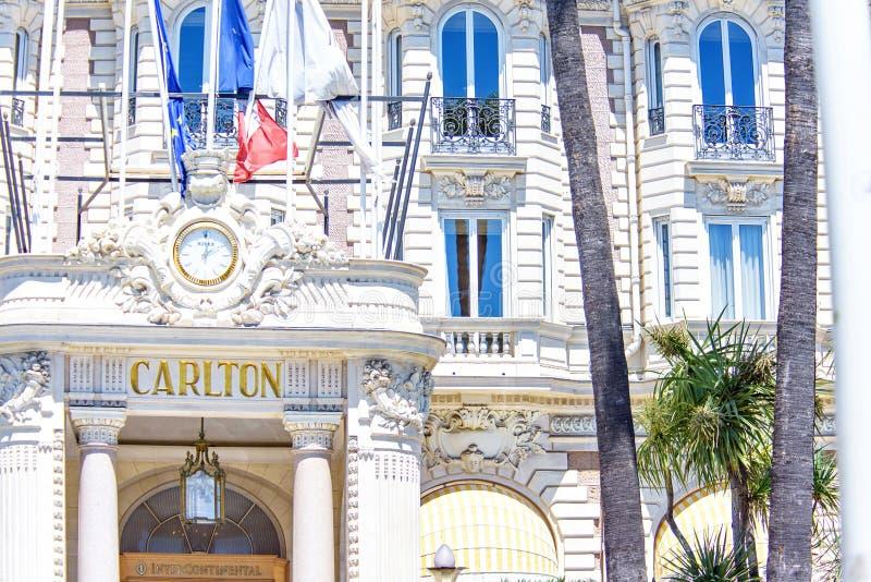 La vue de lumière du jour à l'hôtel de Carlton a ornementé l'entrée avec le wa de Rolex photographie stock