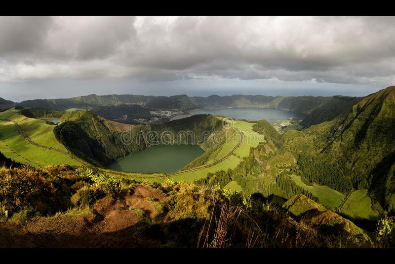 La vue de Miradouro DA Boca font l'enfer à Sete Citades, Açores photos libres de droits