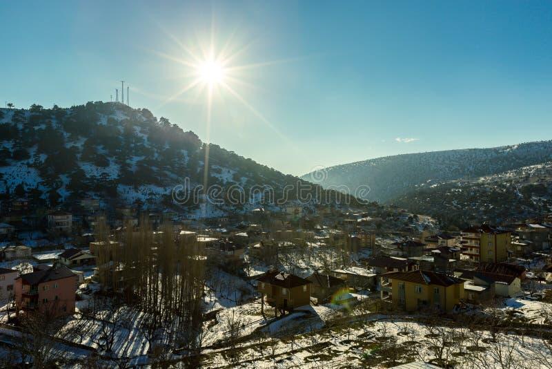 La vue de la neige a couvert des maisons au passage de montagne de Sertavul image libre de droits