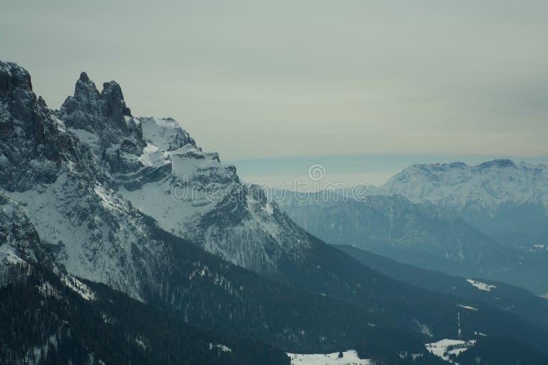 La vue de la neige a couvert les alpes, dolomites en Italie di Martino san pâle photo stock