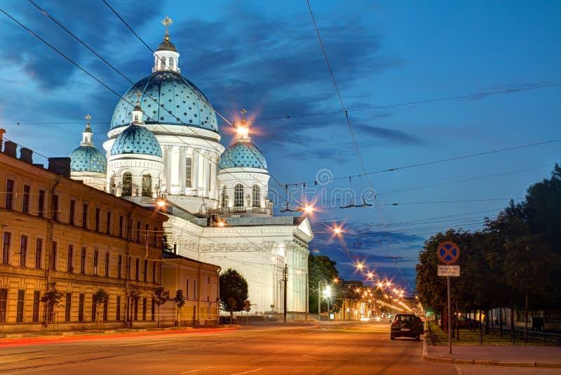 La vue de nuit de la cathédrale de trinité et le Troitsky prospectent images stock