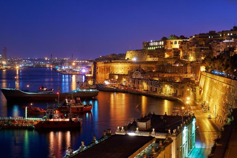 La vue de nuit du port grand avec les cargos a amarré près photos stock