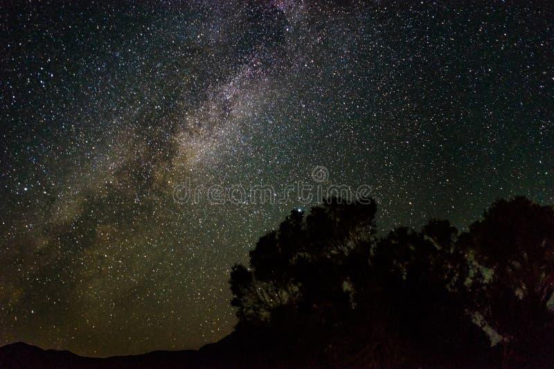 La vue de nuit de manière laiteuse tient le premier rôle le ciel en parc national de Death Valley calorie photographie stock libre de droits