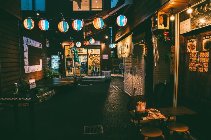 La vue de nuit de la nourriture japonaise cale la rue de Yatai dans l'Okinawa, Japon images libres de droits