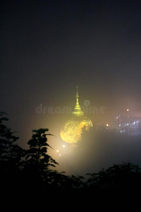 La vue de nuit de la pagoda de kyaiktiyo ou la roche d'or avec le fond de brouillard sont pagoda est attraction touristique célèb photo libre de droits