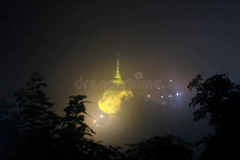La vue de nuit de la pagoda de kyaiktiyo ou la roche d'or avec le fond de brouillard sont pagoda est attraction touristique célèb photographie stock libre de droits