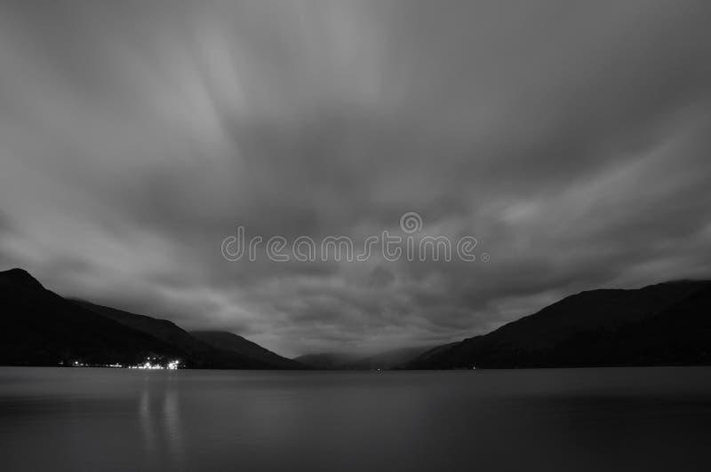 La vue de nuit sur le lac écossais gagnent images libres de droits