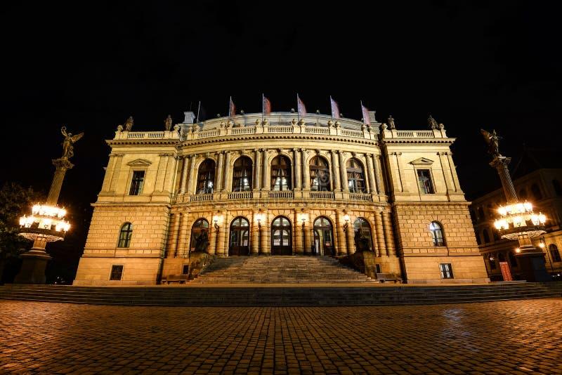 La vue de nuit sur le Rudolfinum est conçue dans le style de la néo--Renaissance et est située sur Jan Palach Square sur la banqu images libres de droits