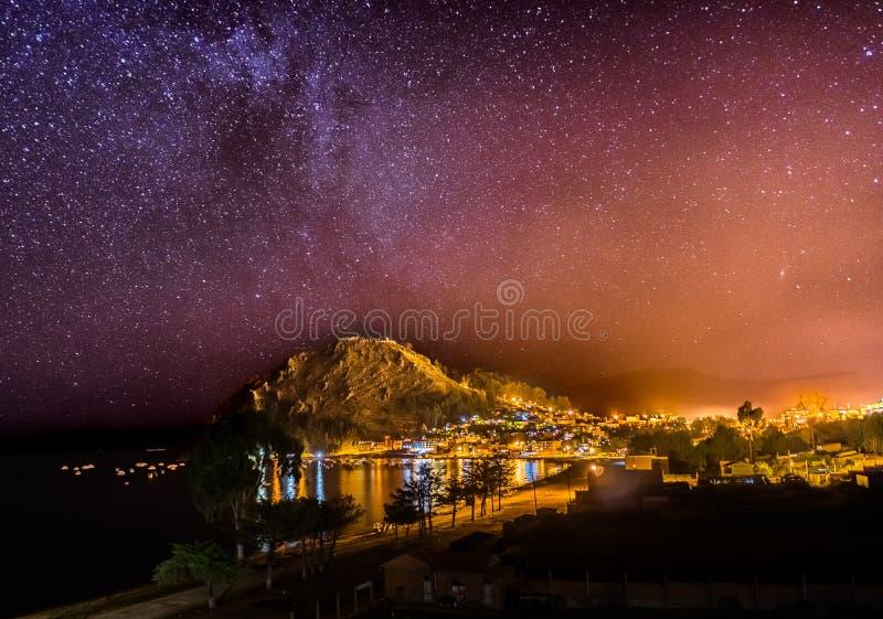 La vue de nuit tient le premier rôle la manière Copacabana Bolivie de Mikly photo stock