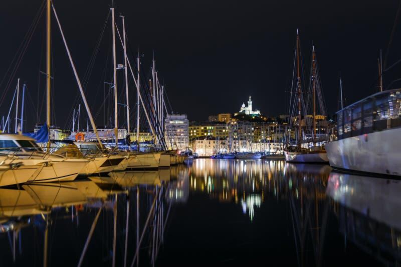 La vue de nuit de la ville historique française Marseille et de la côte Marseille de la mer Méditerranée est le plus grand port e image stock